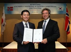 현대차는 하이옵(HYOP)社와 '노르웨이 수소연료전지차 및 수소충전소 보급 협력에 관한 양해각서(MOU)'를 체결했다고 밝혔다.(사진 왼쪽부터) 이용우 현대차 해외판매사업부장이, 울프 하프셀드(Ulf Hafseld) 하이옵(HYOP)社 CEO가 MOU 체결 후 기념 촬영을 하고 있는 모습. (사진제공: 현대자동차)