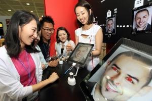 스마트 패드 기반의 회의 솔루션 '워크 스페이스'를 고객들이 체험해보고 있는 모습. (사진제공: KT)
