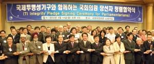 5월 14일 국회의원회관에서 국제투명성기구 아태지역 집행책임자와 청소년가 증인이 되는 19대 국회의원 당선자들의 청렴협약식을 개최했다. (사진제공: 한국투명성기구)
