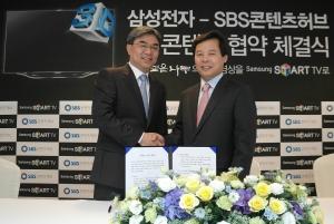 사진 왼쪽부터, 삼성전자 영상디스플레이사업부 김현석 사업부장, SBS콘텐츠허브 홍성철 대표 (사진제공: SBS콘텐츠허브)
