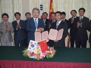박승호 포항시장과 왕중빈 잔장시장이 산업협력 양해각서에 서명한 뒤 포즈를 취하고 있다. (사진제공: 포항시청)