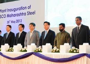 포스코는 28일 인도서부 마하라슈트라(Maharashtra)주(州)에 연산45만톤 규모의 자동차 및 가전용 고급소재인 용융아연도금강판 생산 공장(CGL; Continuous Galvanizing Line)을 준공했다. 이날 준공식에서 공장 준공 버튼을 누르고 있는 윤용원 포스코 인디아 법인장, 허남석 포스코ICT 사장, 김중근 주 인도 한국대사, 정준양 포스코 회장, 고가왈레(Gogawale) 인도 마하라슈트라주 국회의원, 마헤시 코도무디(Mahesh Kodumudi) 폭스바겐 부사장.(왼쪽부터) (사진제공: 포스코)