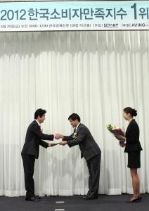 유아용품 전문기업 YKBnC의 네덜란드 유모차 브랜드 퀴니가 2012 한국소비자만족지수 평가에서 유모차 부문 1위를 수상했다. (사진제공: 와이케이비앤씨)