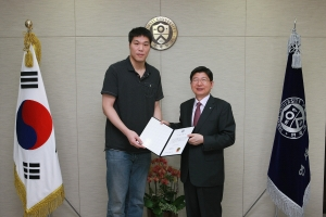 서장훈 선수가 정갑영 연세대 총장을 만나, 장학금 2억원을 전달하고 있다. (사진제공: 연세대학교)