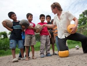 쉐보레는 31일(미국 현지 시간), 사회적 기업 '원 월드 풋볼 프로젝트(The One World Futbol Project, 이하 OWFP)'와 3년간 파트너십을 통해 전세계 전쟁과 재난 지역, 난민 캠프 그리고 빈곤 공동체 젊은이들에게 '터지지 않는 축구공' 150만개를 기부할 계획이다. 사진은 월 월드 풋볼 프로젝트 공동 설립자 리사 타버(Lias Tarver)가 남미 엘살바도르 지역의 아이들에게 공이 바람이 빠지지 않고 터지지 않는 '원 월드 풋볼'을 소개하고 있다. (사진제공: 한국지엠)