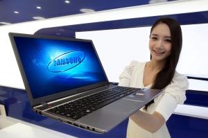 삼성전자가 고품격 멀티미디어 감상에 특화된 강력한 성능의 노트북 신제품 '시리즈5 Boost'를 출시했다.  사진은 삼성전자 모델이 코엑스 갤럭시존에서 신제품 노트북을 소개하는 모습. (사진제공: 삼성전자)