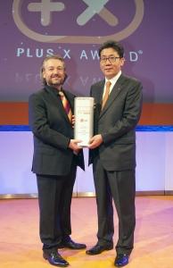 시네마3D 스마트TV는 최근 독일 쾰른시 뉴요커 닥 원(New Yorker DOCK.ONE)에서 개최된 '플러스 엑스 어워드(Plus X Awards) 2012'에서 홈엔터테인먼트 비디오(Home Entertainment Video) 부문 '최고 혁신 브랜드 (Most Innovative Brand) 상'을 수상했다. LG전자 독일법인장 송기주 상무가 플러스 엑스(Plus X Awards) 사장 도나트 브란트(Donat Brandt)로부터 홈엔터테인먼트 비디오 부문 최고혁신 브랜드 상패를 받고 있다. (사진제공: LG전자)