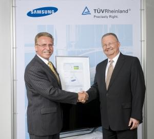 삼성전자가 지난 5월 30일 독일 쾰른에서 TUV라인란드로부터 친환경 'TUV 그린마크' 인증을 획득했다. (사진 왼쪽부터 TUV 라인란드 '랄프 빌데(Ralf Wilde)' 부사장, 삼성전자 구주총괄 '한스 비난드(Hans Wienands)' 전무) (사진제공: 삼성전자)