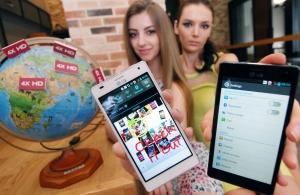 LG전자가 쿼드코어 스마트폰 '옵티머스 4X HD'를 유럽에 출시한다. 모델이 '옵티머스 4X HD'를 들고 포즈를 취하고 있다. (사진제공: LG전자)
