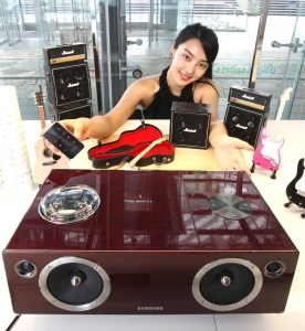 삼성전자 모델이 서울 서초동 딜라이트 홍보관에서 프리미엄 무선 도킹 오디오 'DA-E750'을 소개하고 있다. (사진제공: 삼성전자)