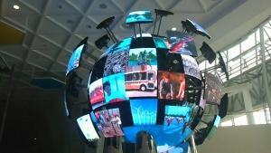 Impression G2504로 직경 2.5미터로 수십개의 스크린이 움직이면서 하나의 또는 독립적인 영상을 표출해 준다. (사진제공: 디스플레이허브)