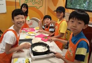 찾아가는 쿠킹버스에서 요리체험중인 어린이들이 직접 닭가슴살 또띠아롤을 만들어보며 즐거워하고 있다. (사진제공: 한국청소년단체협의회)