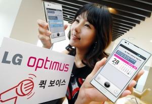LG전자가  지능형 음성인식 서비스 '퀵 보이스' 기능을 선보입니다. 모델이 LG전자 스마트폰 '퀵 보이스'가 실행 되고 있는 '옵티머스 Vu:(뷰)' 와 '옵티머스 LTE Ⅱ' 를 들고 포즈를 취하고 있는 사진입니다. (사진제공: LG전자)