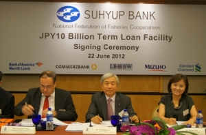 6월 22일 이주형 은행장은 싱가폴에서 일본엔화(JPY) 100억엔(미화1.25억불 상당) 신디케이션 외화차입을 완료하고 서명식을 가졌다.(왼쪽부터 LBBW은행 CHRISTOPH WINNAT, 이주형 수협은행장,  SC은행 REGINA SHIN)] (사진제공: 수협은행)
