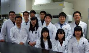 건국대 수의과대학 송창선 교수(뒷줄 오른쪽)와 동물질병제어사업단 연구원들 (사진제공: 건국대학교)