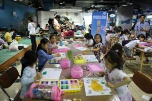지난해 6월에 진행된 '제3회 바닷속 미술대회'에서 부산아쿠아리움 지하 1층 문화광장에서 아이들이 신비한 해양생물을 주제로 그림을 그리고 있다. (사진제공: 부산아쿠아리움)