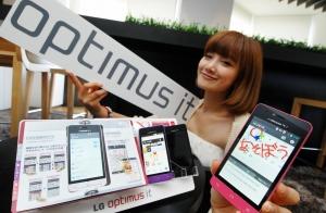 LG전자가 일본 최대 이동 통신사 NTT 도코모를 통해 29일 '옵티머스 it(잇)'을 일본 시장에 출시합니다. 모델이 '옵티머스 it(잇)'을 들고 포즈를 취하고 있습니다. (사진제공: LG전자)