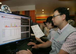 LG유플러스 (부회장 이상철 / www.uplus.co.kr)는 여름 방학 등 PC방 성수기를 앞두고 전용회선 이용고객을 대상으로 네트워크 장비 및 회선에 무상점검을 실시한다.  사진은 LG유플러스 엔지니어들이 네트워크 트래픽 검사를 실시하고 있는 모습. (사진제공: LG유플러스)