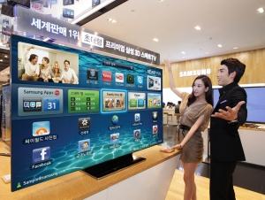 삼성전자 모델들이 서울 서초동 딜라이트샵에서 초대형 189cm(75형) 스마트TV ES9000을 소개하고 있다. (사진제공: 삼성전자)