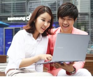 삼성전자가 프리미엄 노트북 시리즈9에 은빛 색상 모델을 도입한 '실버 에디션'을 출시했다.  사진은 서초동 삼성전자  홍보관 딜라이트에서 삼성전자 모델이 시리즈9 실버 에디션을 소개하는 모습. (사진제공: 삼성전자)