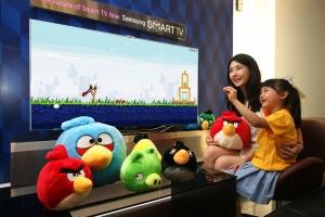 삼성전자 모델들이 삼성 스마트TV의 동작인식 기능이 적용된 로비오社의 앵그리버드 게임 앱을 체험해보고 있다. (사진제공: 삼성전자)