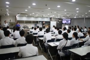 스타셰프 레이먼킴이 한국외식조리전문학교에서 특강을 진행하고 있다. (사진제공: 한국외식조리전문학교)