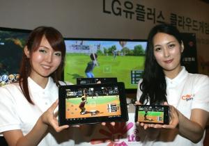 LG유플러스(부회장 이상철 / www.uplus.co.kr)가 LTE 등 All-IP기반 유/무선 네트워크 경쟁우위를 바탕으로 PC/온라인 게임을 스마트폰, IPTV, PC 등 인터넷 기기에서 게임을 즐길 수 있는 클라우드 게임을 시작한다. 사진은 도우미들이 클라우드 게임전용 오픈마켓인 C-games에서 제공하는 게임을 스마트폰, 패드, 노트북, IPTV로 자유롭게 이용하는 모습. (사진제공: LG유플러스)