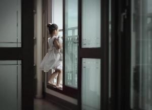 발코니 앞 방범창의 위험을 모르는 어린이 (사진제공: 고구려시스템)