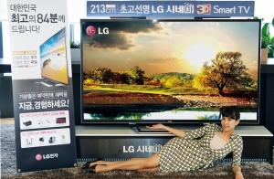 LG전자가 20일부터 한달간 세계 최대 크기 84형 UD해상도 TV를 국내 시장에서 84대 한정으로 전격 예약 판매한다. 이 제품은 풀HD의 4배인 3,840×2,160 UD 해상도로 획기적 선명함을 구현했으며, 예약판매가격은 2,500만원 대. LG전자 모델이 UD해상도 TV(모델명: 84LM9600)을 선보이고 있다. (사진제공: LG전자)