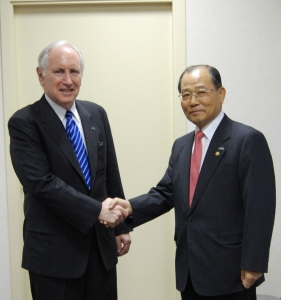 이계철 방송통신위원회 위원장은 8월 6일(월) 오후에 제9차 APEC 장관회의가 열리는 러시아 상트페테르부르크에서 미국 대표인 필립 버비어(Philip L. Verveer) 미국 국무부 정보통신 대사와 양자회담을 가졌다. (사진제공: 방송통신위원회)