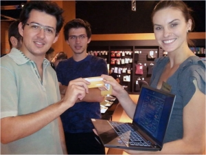 삼성전자가 브라질•아르헨티나•칠레 등 중남미 노트북 시장에서 판매량 1위를 기록하며 선전하고 있다. 브라질 상파울루에 위치한 유통 매장에서 고객들이 삼성전자 노트북을 살펴보는 모습. (사진제공: 삼성전자)