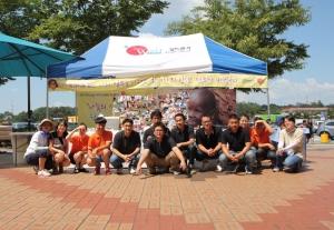 국제구호 NGO 월드쉐어는 태아산업㈜ 여주(강릉방향)휴게소(이하 여주휴게소)와 함께 지난 주말인 8월 3일, 4일 양일간에 걸쳐 제3세계 어린이들을 돕기위한 일대일 해외아동 결연맺기 '지구 반대편에 친구를 만들어 주세요!' 캠페인을 진행했다. (사진제공: 월드쉐어)