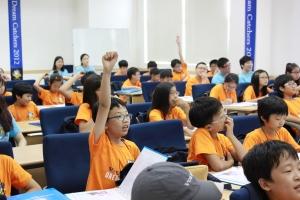 볼보 슈퍼 주니어 캠프 멘토링 세미나 시간에 참가 학생들이 선생님의 질문에 손을 들고 있다. (사진제공: 볼보건설기계코리아)