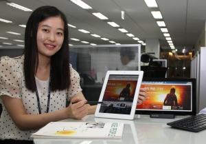 동국제강은 최근 홈페이지(www.dongkuk.co.kr)를 기존의 컴퓨터는 물론 테블릿 PC, 스마트폰 등 다양한 최신 IT기기에서 자유롭게 구현되도록 개편했고, 10일 테블릿PC등에서 시현해 보이고 있다. (사진제공: 동국제강)