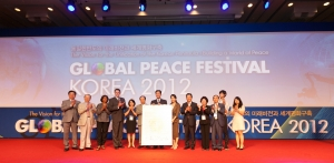 The 'Global Peace Festival Korea 2012' was held at the Grand Hilton in Seoul, Korea, co-hosted by the Global Peace Festival Foundation (Chairman Hyun Jin Moon), Congressmen Sung-tae Kim, Ki-un Bae, Myung-chul Cho, Young-gyo Seo, Joo-hong Hwang.  From August 17th to 18th, 300 supporters of Korea from around the world discussed various approaches for Korea's unification and its impact on global peace. (사진제공: 한국GPF재단)