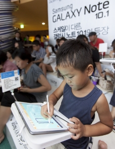 삼성전자가 18일 '갤럭시 노트 10.1' 출시를 기념해 삼성동 코엑스에서 진행한   소비자 체험 행사에서 한 어린이가 사용법 강의를 들으며 도형인식 기능을 이용해보고 있다. (사진제공: 삼성전자)