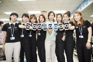 삼성전자 직원들이 5일 삼성전자 구미사업장에서 갤럭시SⅢ의 글로벌 2,000만대 판매를 축하하는 모습. (사진제공: 삼성전자)