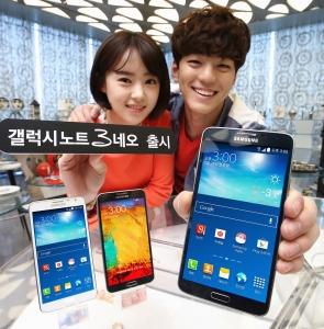 삼성전자가 젊고 새로운 감성의 프리미엄 스마트폰 갤럭시 노트 3 네오(Galaxy Note 3 Neo)를 통신 3사를 통해 출시한다. 사진은 삼성전자 모델이 청담동 10 코르소코모에서 신제품 갤럭시 노트 3 네오를 선보이는 모습. (사진제공: 삼성전자)