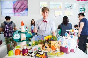 핀덴 베베 전시장을 찾은 줄리안이 제품과 함께 사진을 찍고 있다.