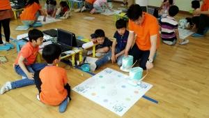 잠현 초등학교에서 진행된 스마트로봇 코딩스쿨 시범 교실에서 학생들이 스마트로봇 아띠를 이용하여 교육에 참가하고 있다.