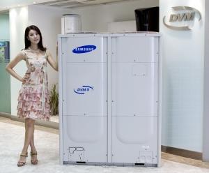 삼성전자의 고효율 시스템에어컨 DVM S를 모델이 소개하고 있다.