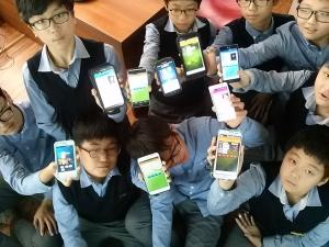 서귀포 중학교 모바일 앱 창작에 참여한 학생들이 스스로 직접 만든 모바일 앱을 선보이고 있다. (사진제공: HB네트웍크)
