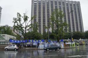 지난 8월 21일 세종로 정부청사 앞에서 105명의 치과의사가 치과전문의 제도 개선을 요구하며 시위를 벌이고 있다. (사진제공: 대한치과교정학회)