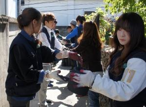 건국대 글로컬캠퍼스 교직원들로 구성된 건국봉사단과 글로컬캠퍼스 학생들은 지난 18일 오후 충북 충주 지역에서 연탄 8,000장과 2,000장 등 1만장을 직접 배달하는 사랑의 연탄나누기 봉사활동을 펼쳤다.