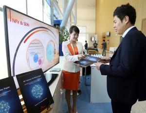 부산에서 열리고 있는 5G 관련 국제 컨퍼런스인 5G 글로벌 서밋의 SK텔레콤 부스에서 회사 관계자들이 관람객들에게 국내 최초로 차세대 통신인 5G의 미래상을 담은 5G 백서를 소개하고 있다.