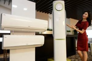 21일 서울 여의도 LG트윈빌딩에서 LG전자 모델이 공기청정 성능을 강화한 휘센 냉난방에어컨을 소개하고 있다.