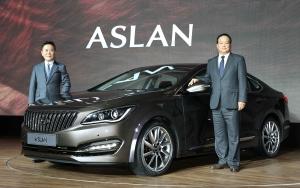 는 (왼쪽부터) 아슬란(ASLAN)의 공식 출시 행사에 참석한 현대차 곽진 부사장, 현대차 김충호 사장이 기념 촬영을 하고있다. (사진제공: 현대자동차)