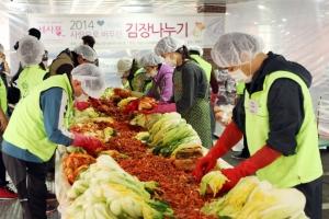 지난 22일 사랑으로 버무린 김장나누기 행사에 참여한 세종사이버대학교 학생들이 서울 광진구에 위치한 세종사이버대학교 주몽관에서 김장을 하고 있다.