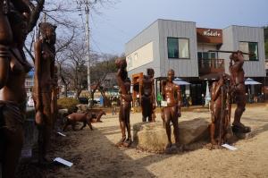 경남 창녕군 창녕읍 모댜페가페앞 잔디광장에 초대형 조각작품을 대여해 조각공원을 조성한 모습 (사진제공: 중앙문화예술프로그램센터)