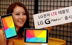 여의도 LG 트윈타워에서 한 모델이 LG G패드8.0 LTE를 선보이고 있다.